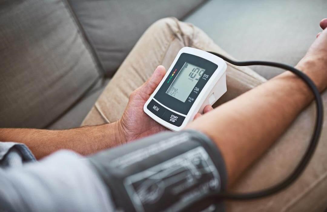 magas vérnyomásban szenvedő fiatal férfiak)