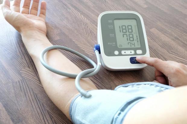 elmozdulások miatti magas vérnyomás)