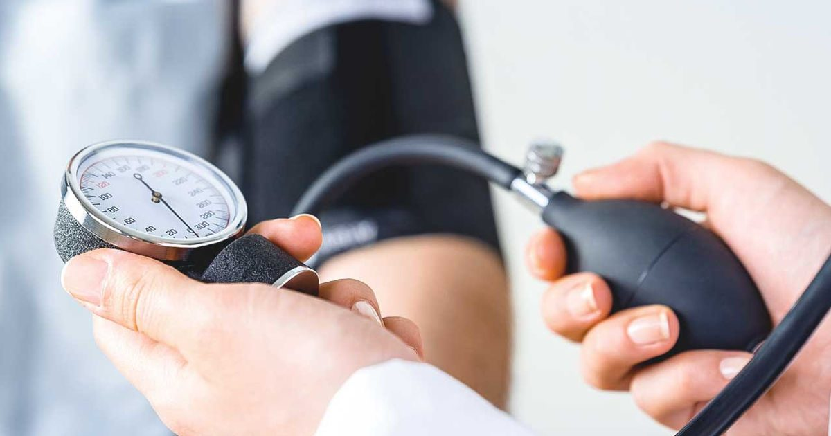 magas vérnyomás esetén a nyomás hirtelen csökkent gyógyszeres kezelés nélkül)