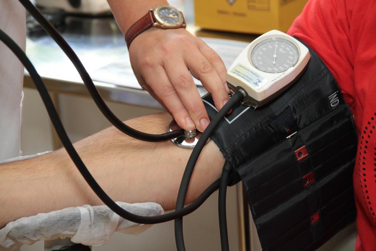 hogyan feküdjön magas vérnyomásban