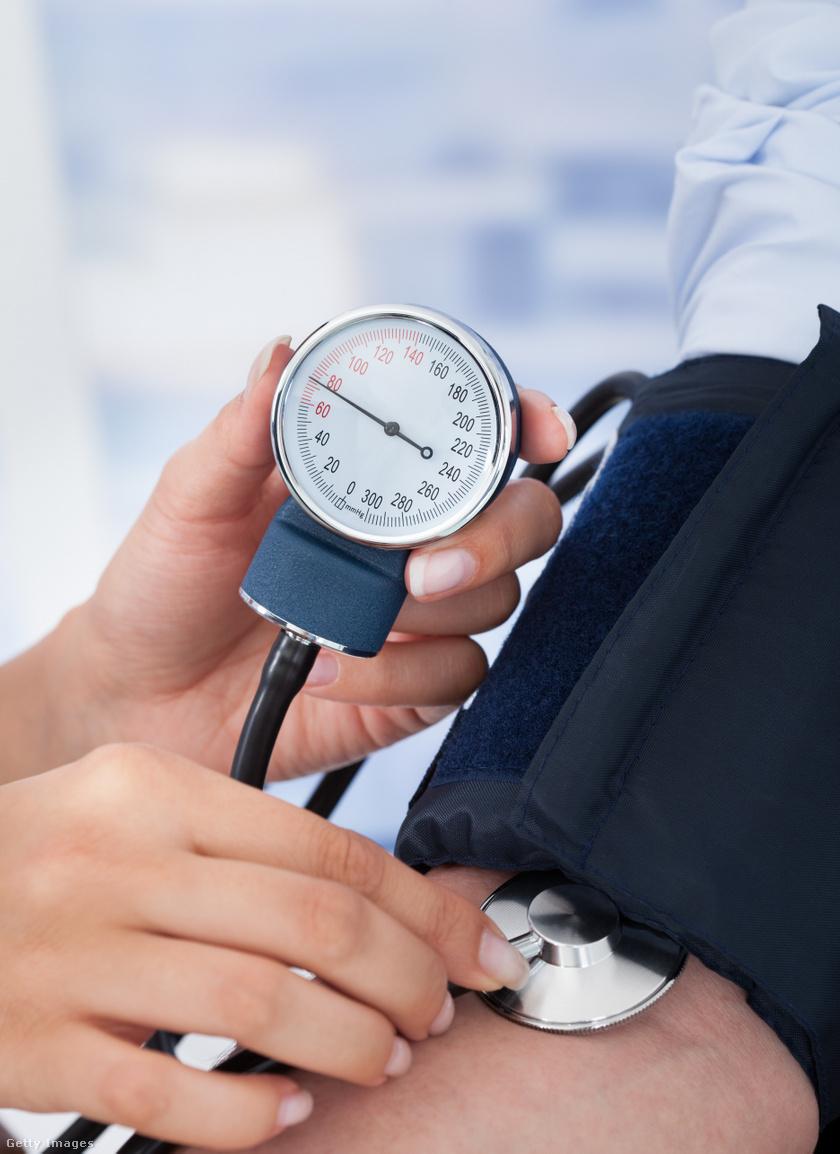 magas vérnyomás egy idős nő kezelésében